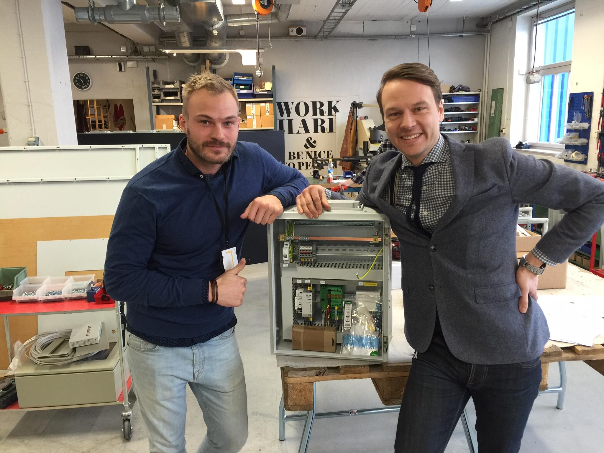 På bilden syns Eric Carlsson(E-matic) och Joakim Bengtsson(e3 Control) tillsammans med det första tillverkade skåpet åt kunden Stockholmshem